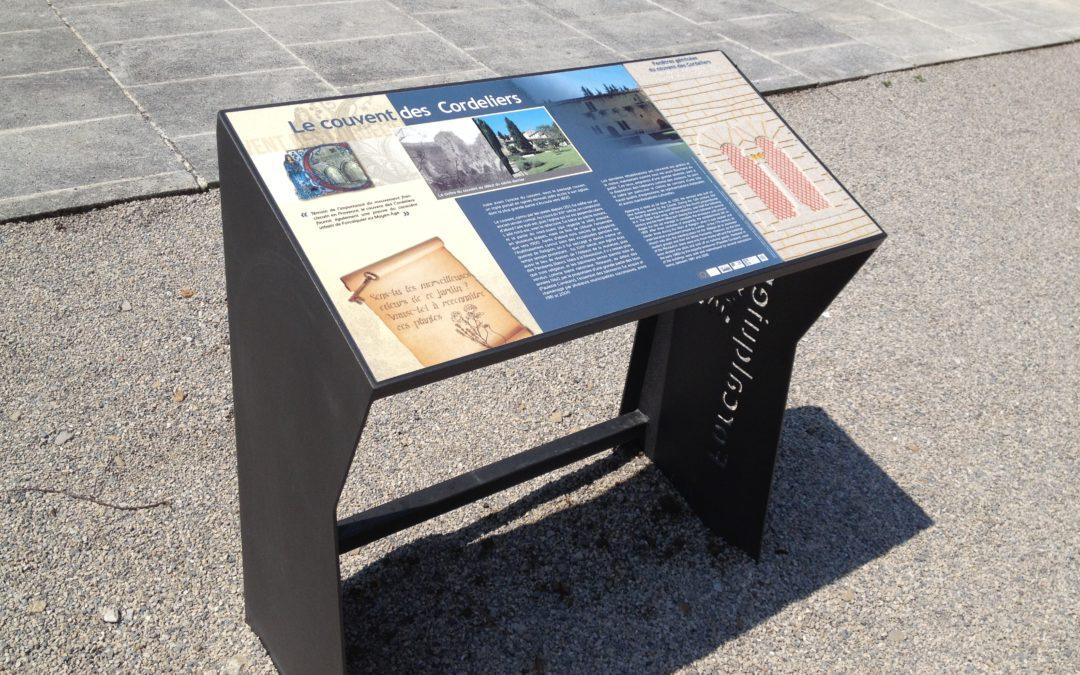 Conception design et graphique des supports de communication pour la création de circuits du patrimoine accessibles à tous – Ville de Forcalquier